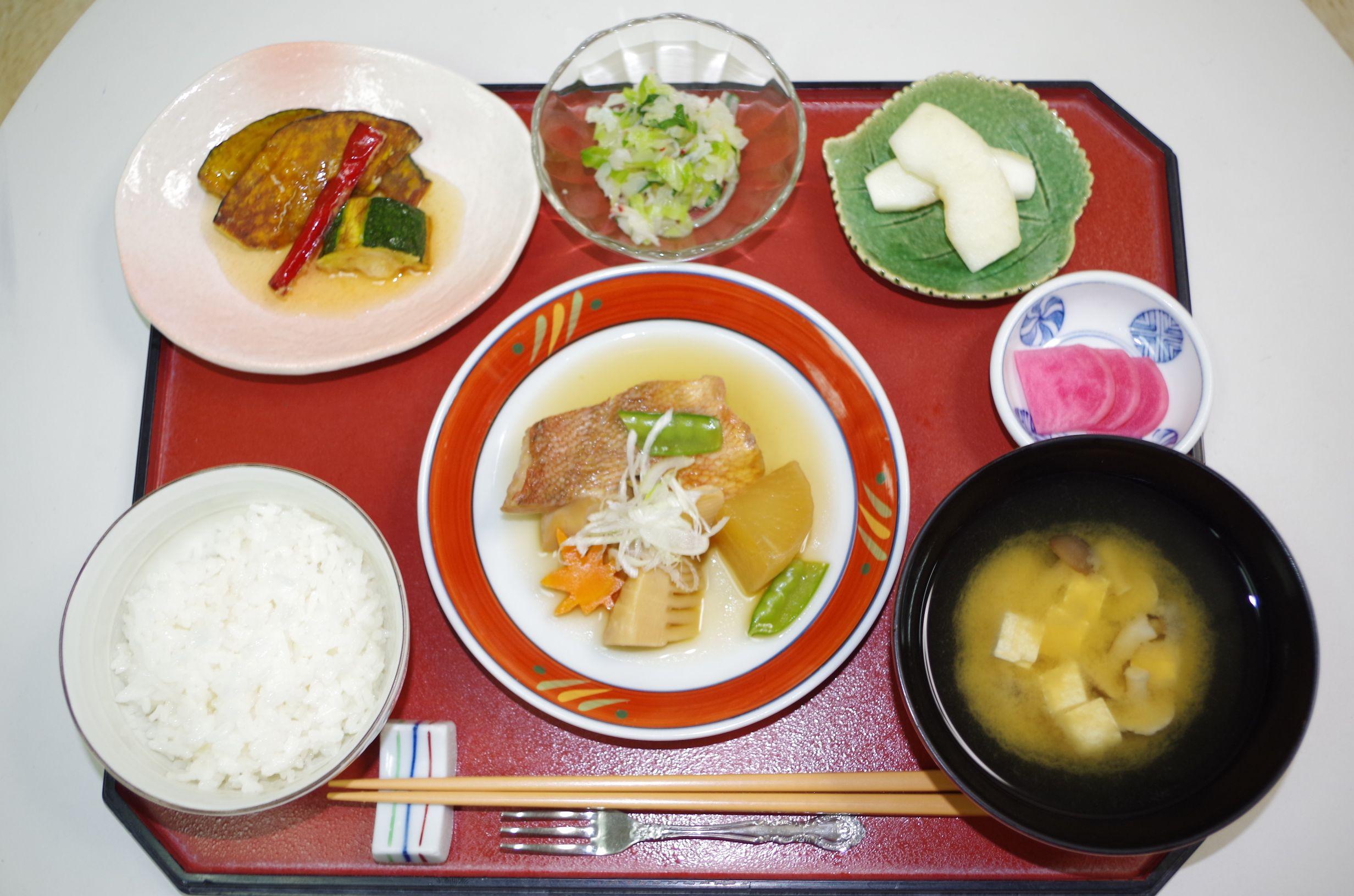 様々な食材を使った夕食