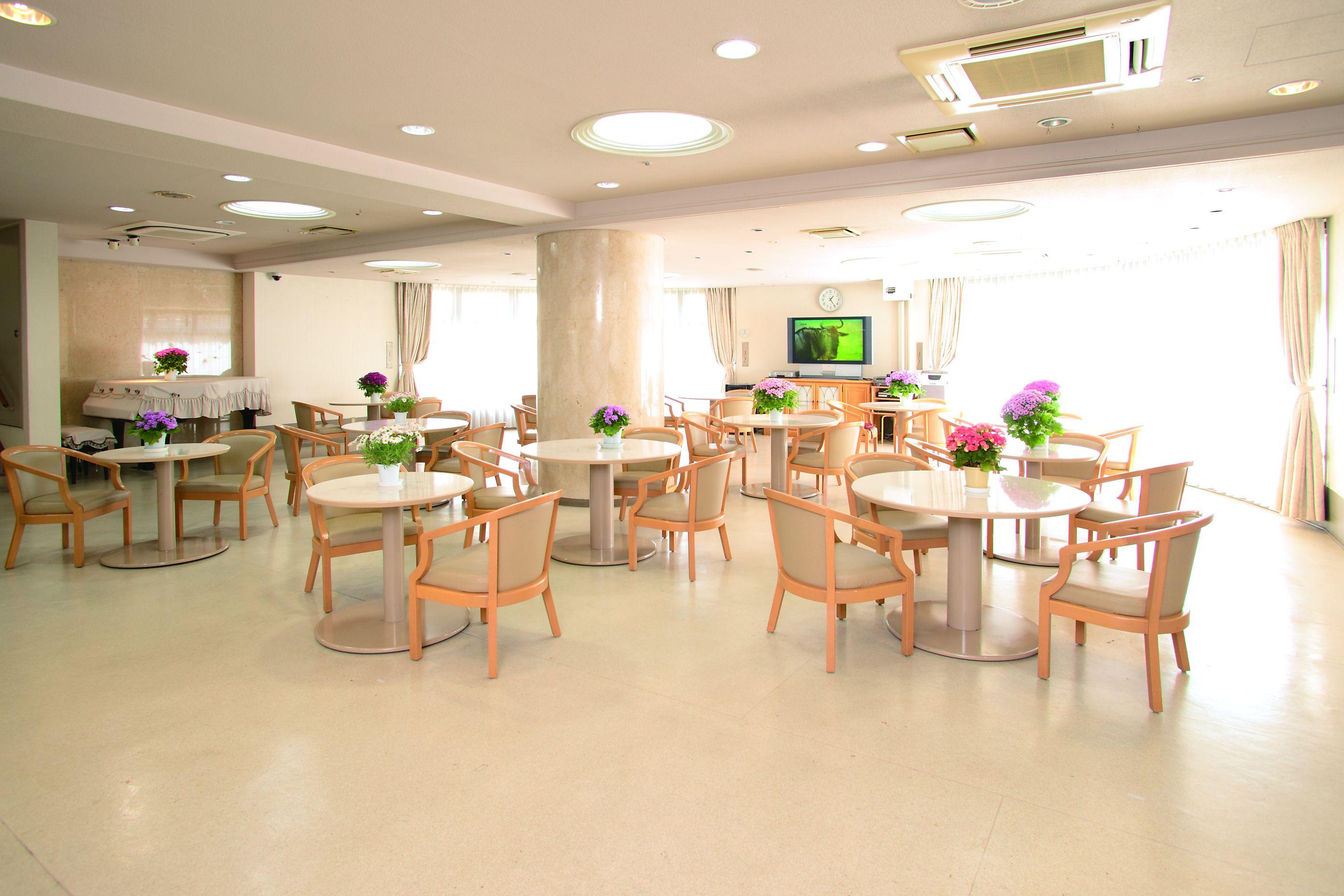 食堂兼用の明るいラウンジ