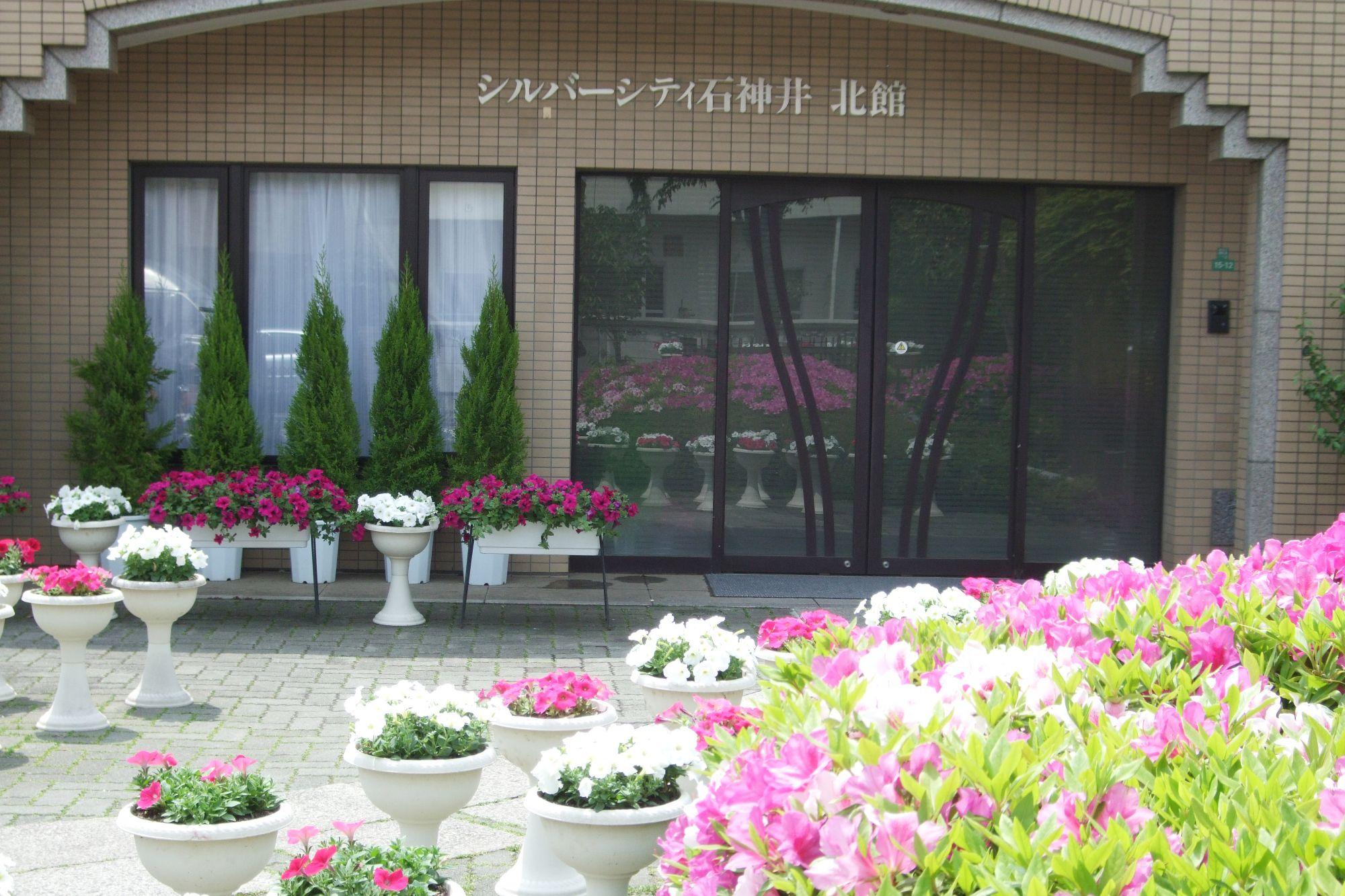 季節の花いっぱいの玄関