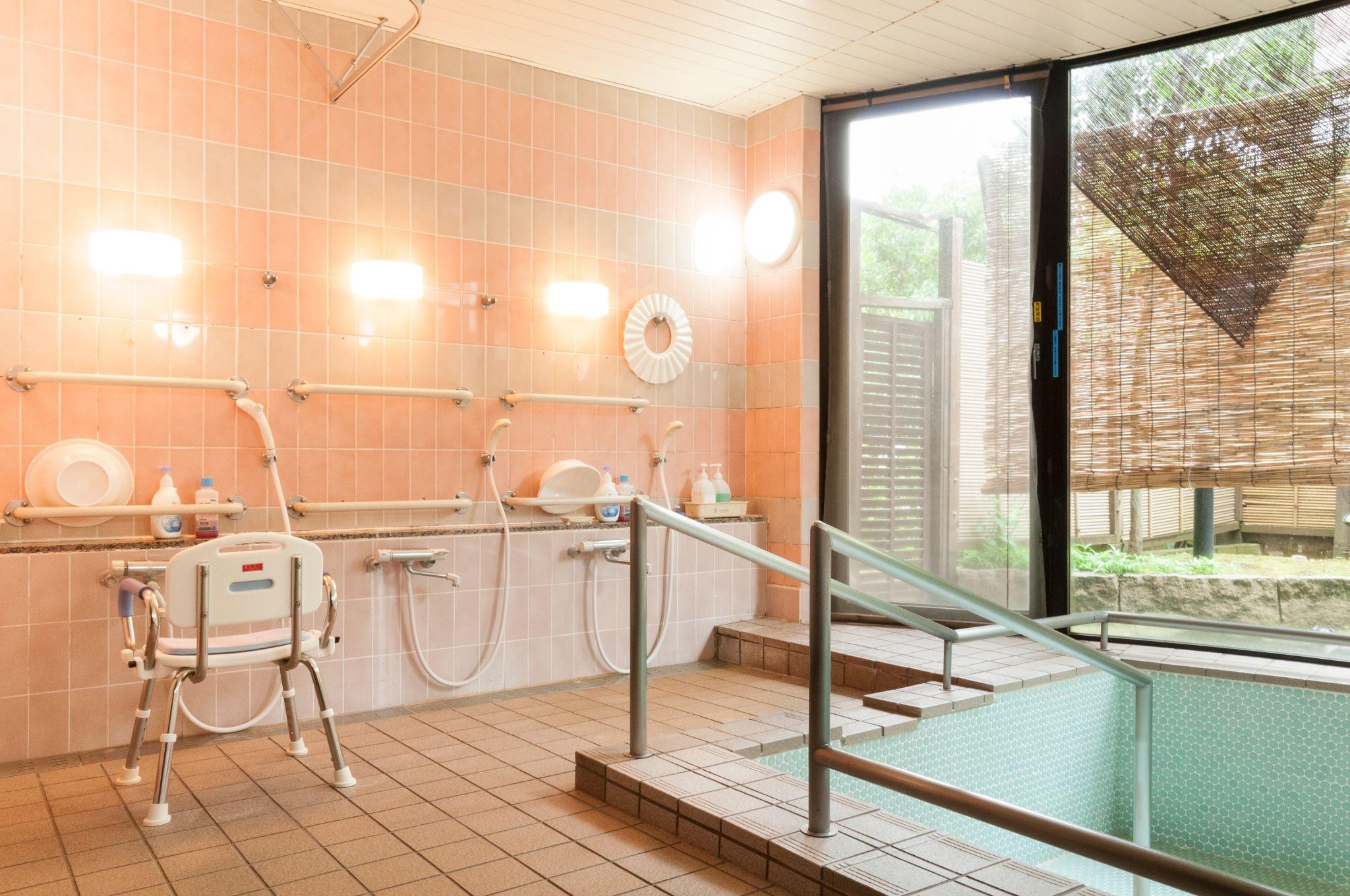 広い窓が解放的な共同浴室