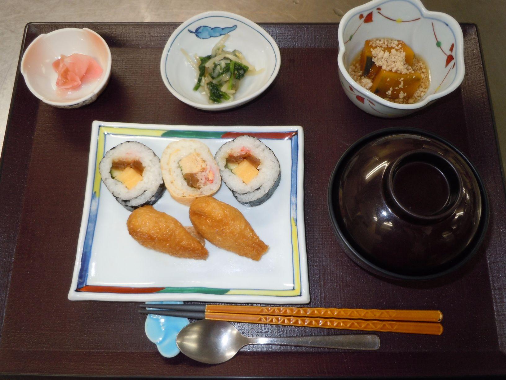 シルバーシティ聖蹟桜ヶ丘の夕食一例(助六寿司)