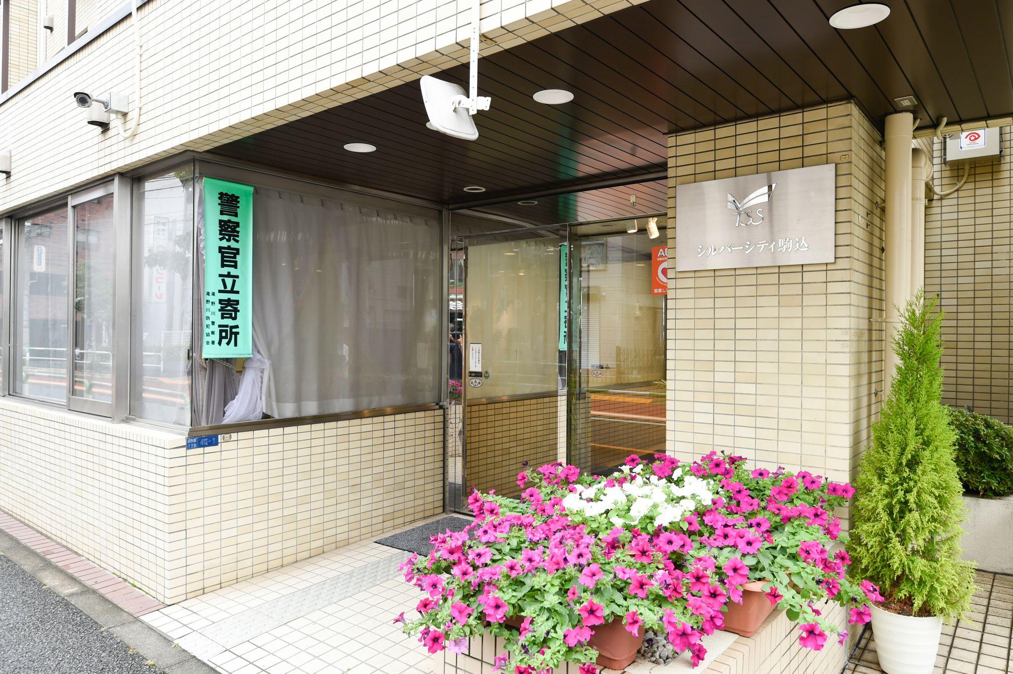 季節の花があふれる玄関