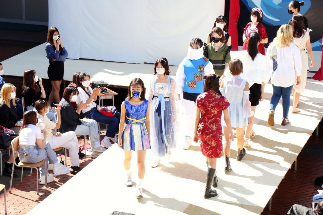 ファッション部発表。世界旅行をテーマに部員一人一人が作品を仕上げました。