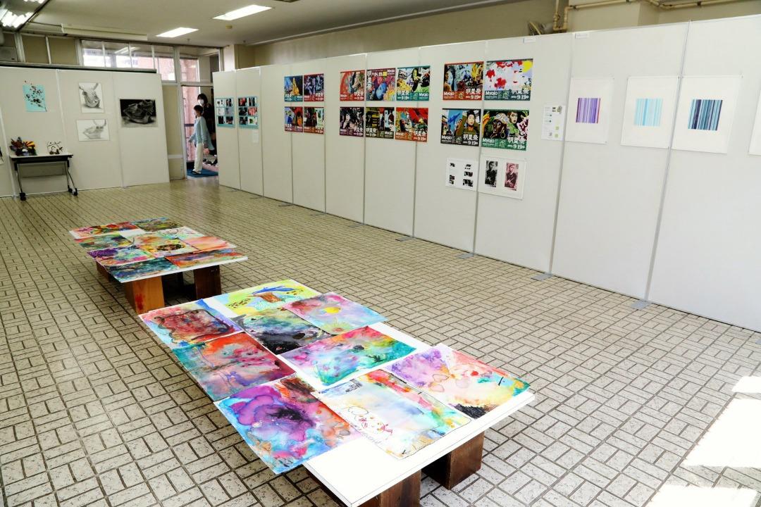 美術科授業作品展示。14種類の美術授業から選ばれた秀作を一挙に展示。