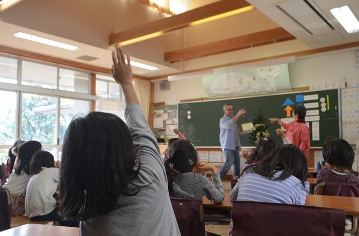 積極的に手を挙げる子どもたち