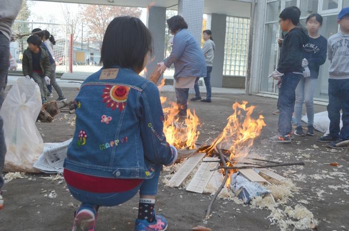 火を起こしている様子