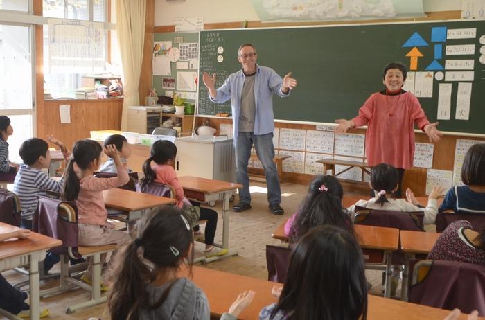 教室にいる全員で歌う様子