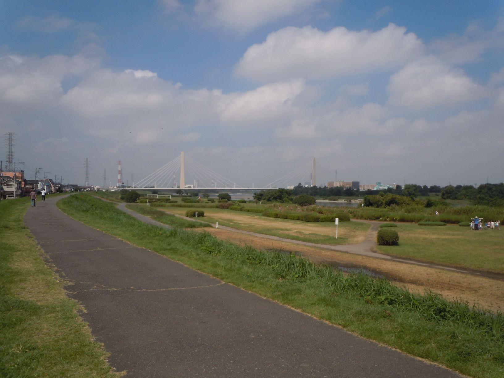 周辺施設 多摩川の土手